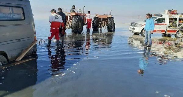 رهاسازی خودروی گردشگر فرانسوی از باتلاقهای دریاچه ارومیه