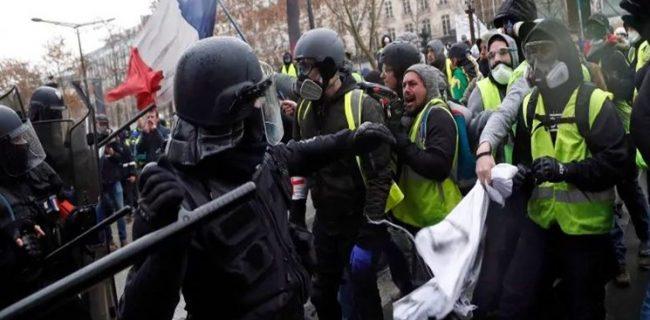 اعتصاب سراسری اتحادیههای کارگری در فرانسه / تنش در پاریس ادامه دارد