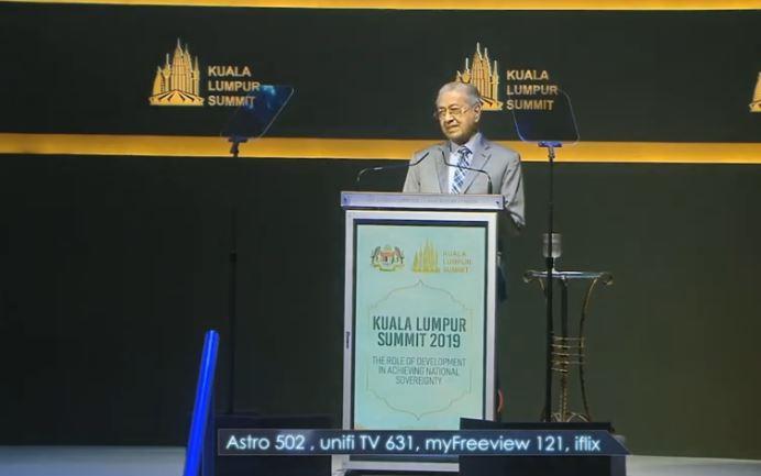 ماهاتیر محمد رهبر مالزی در اجلاس کشور های اسلامی کوالامپور در حال سخنرانی