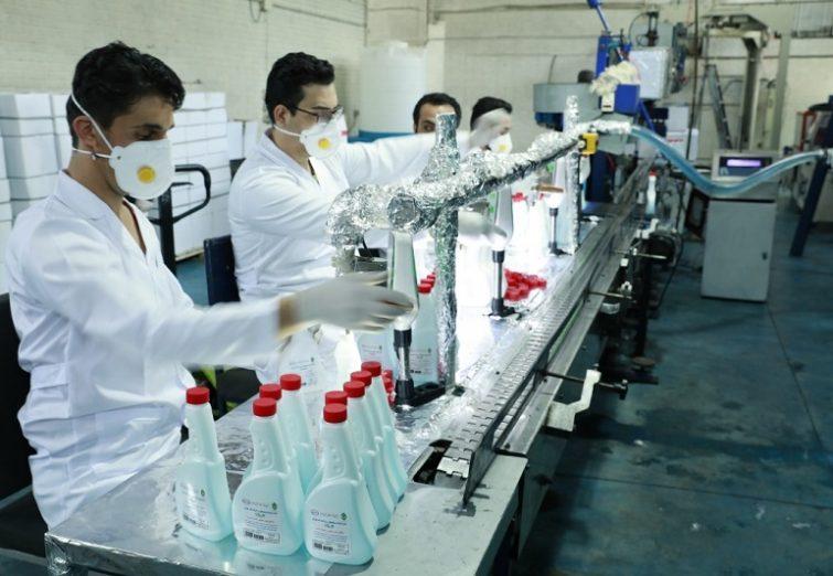 تولید روزانه ۱۸ هزار بطری مواد ضدعفونی کننده در بنیاد مستضعفان | گزارش تصویری